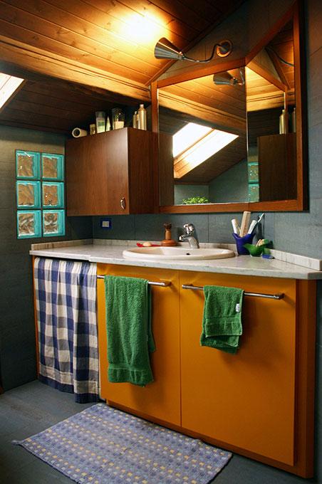 Abitare su due livelli - Bagno con tetto a perline a vista