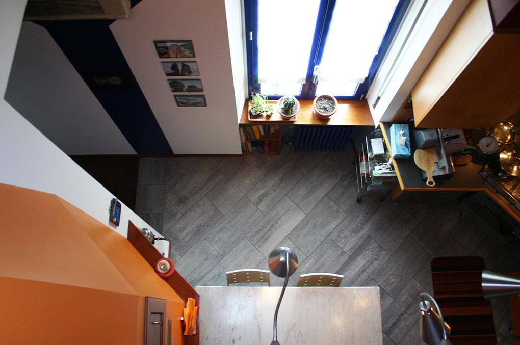 Abitare su due livelli - La cucina vista dall'alto