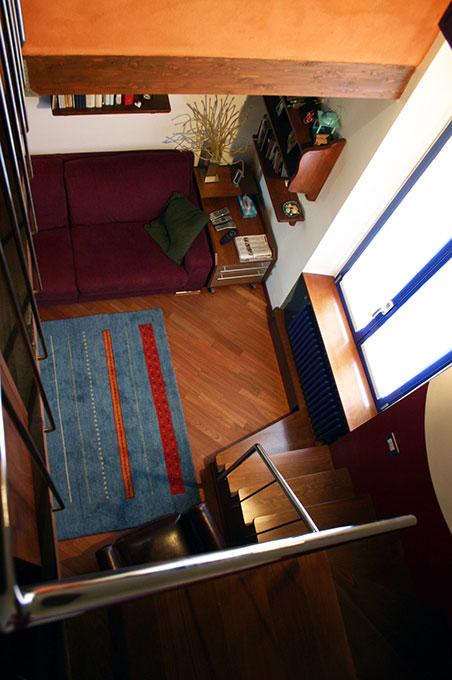 Abitare su due livelli - Scala aperta sul soggiorno