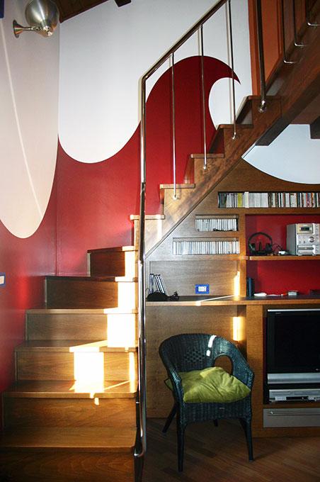 Abitare su due livelli - Scala in legno e colore