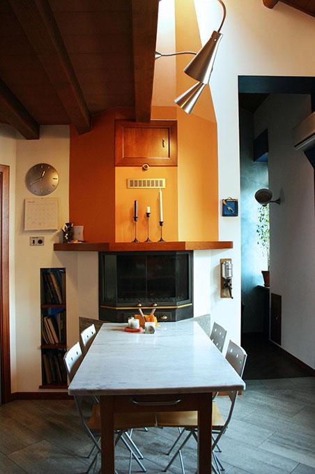 Abitare su due livelli - Tavolo da pranzo con camino