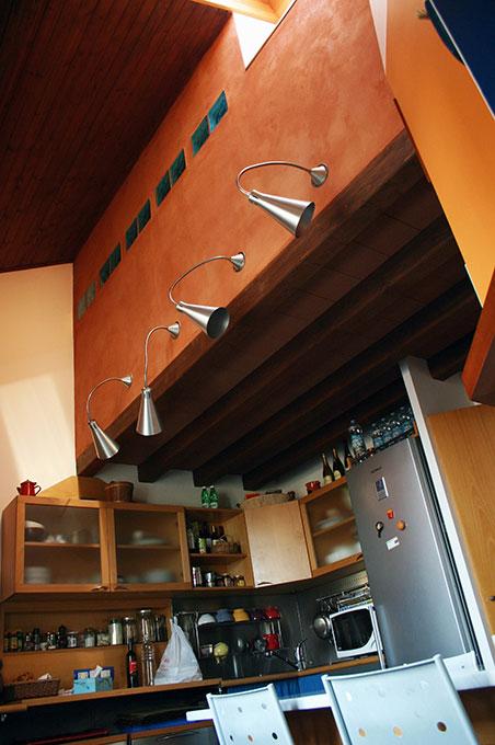 Abitare su due livelli - Vista cucina a doppia altezza