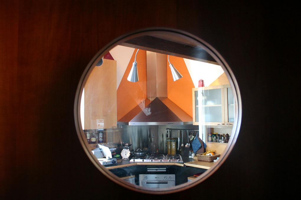 Abitare su due livelli - Vista dall'oblò della porta della cucina