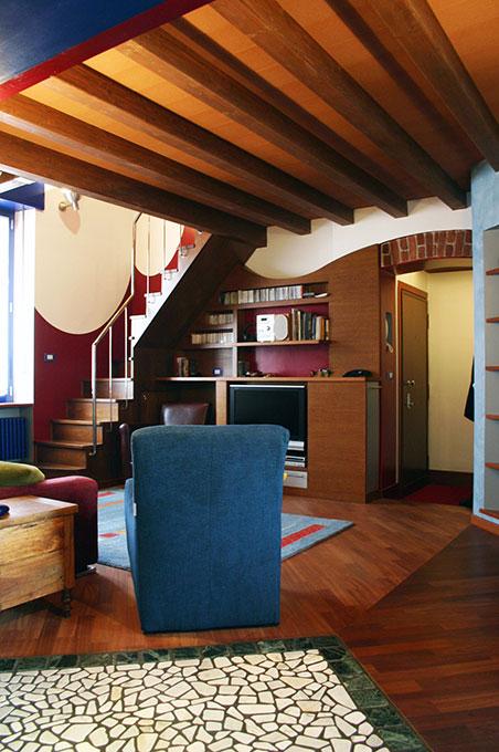 Abitare su due livelli - Vista dell'ingresso e della scala