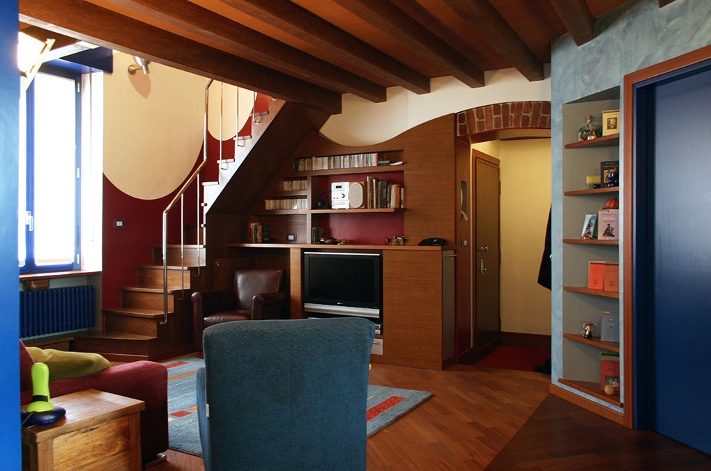 Abitare su due livelli - Vista soggiorno e scala