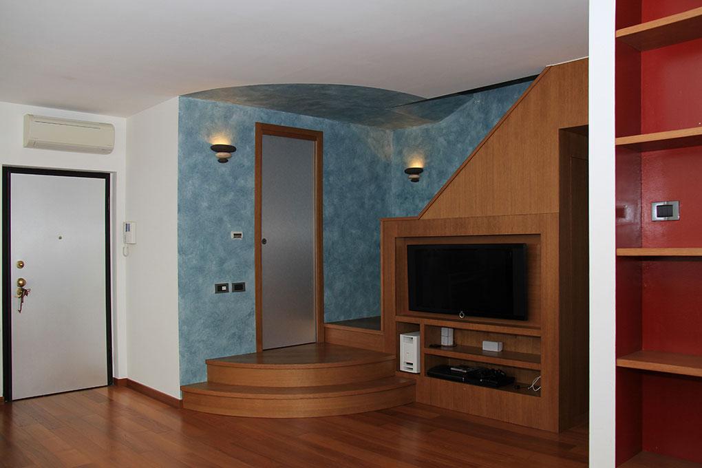 Appartamento con mansarda - Angolo guardaroba e partenza scala