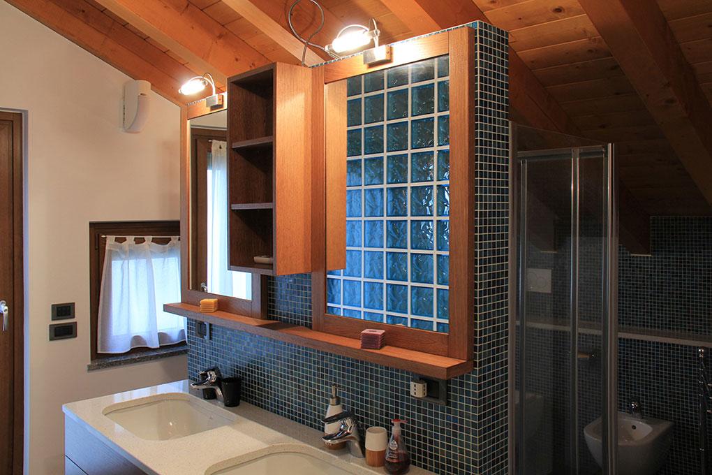 Appartamento con mansarda - Bagno con isola lavabi doccia