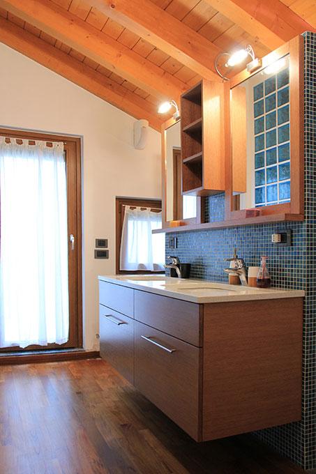 Appartamento con mansarda - Bagno con lavabi ad isola