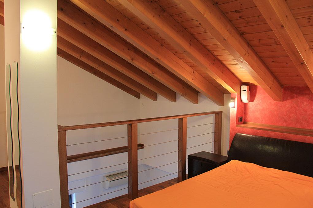 Appartamento con mansarda - Camera da letto a vista sul soggiorno