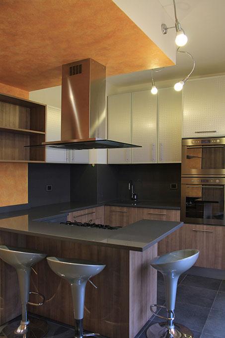 Appartamento con mansarda - Cucina con banco all'americana