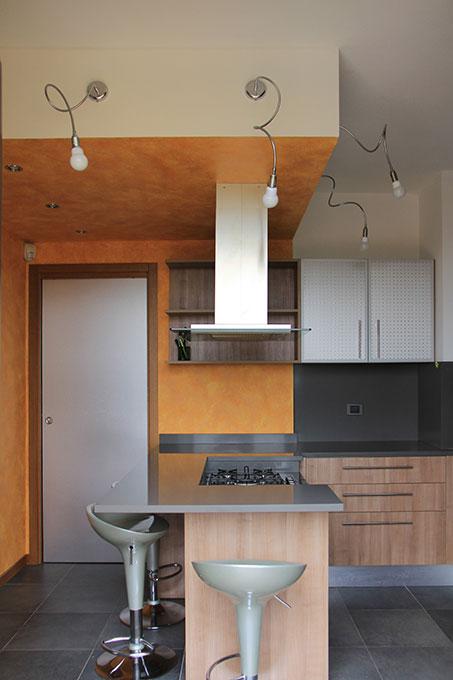 Appartamento con mansarda - Cucina con cappa sospesa