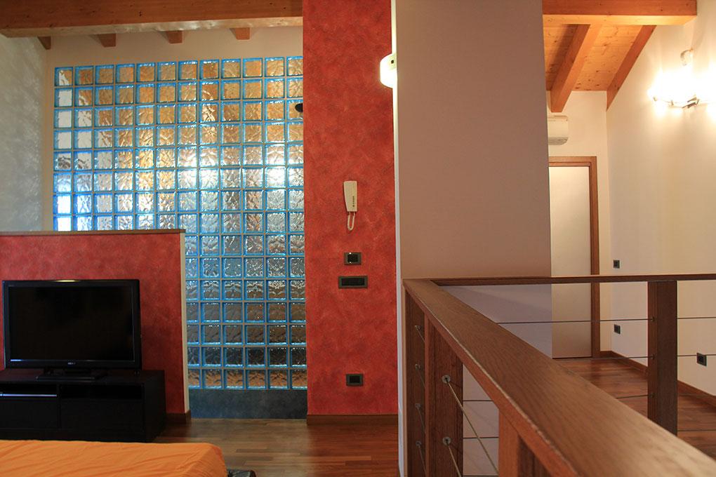 Appartamento con mansarda - Mansarda con tetto in legno a vista