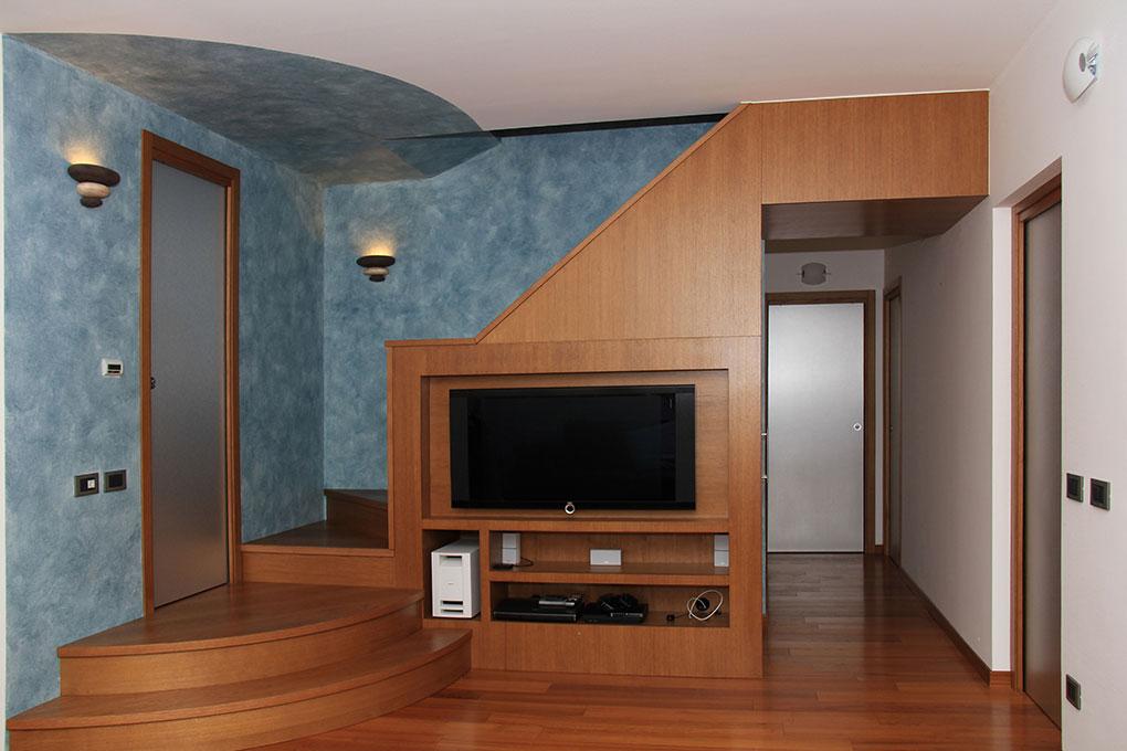 Appartamento con mansarda - Mobile televisore integrato alla scala in legno e muratura