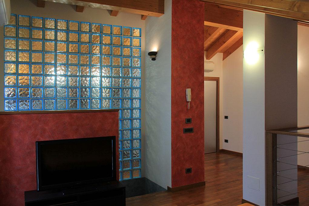 Appartamento con mansarda - Parete divisoria del bagno in vetrocemento