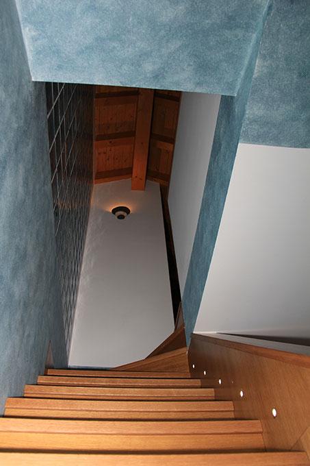 Appartamento con mansarda - Scala in muratura rivestita in legno