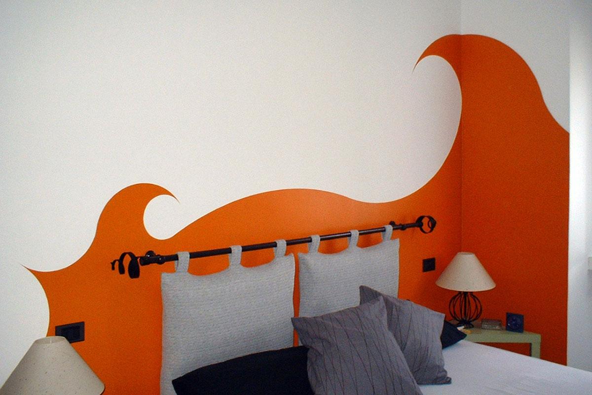 Colore arredo - Due grandi onde di colore avvolgono la testata del letto