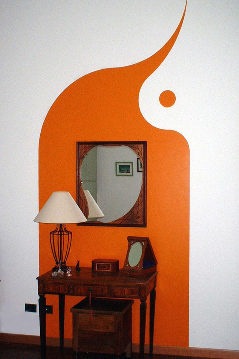 Colore arredo - Una colata di colore che incornicia tavolino e specchio
