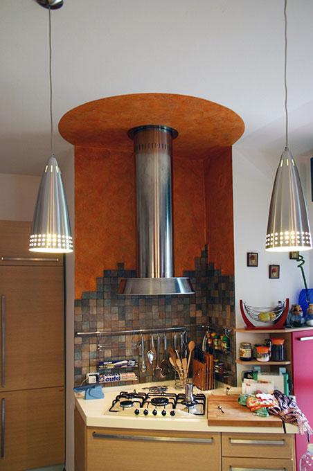 Entrare in un open space - Via Leonardo Cucina a vista con cappa in acciaio