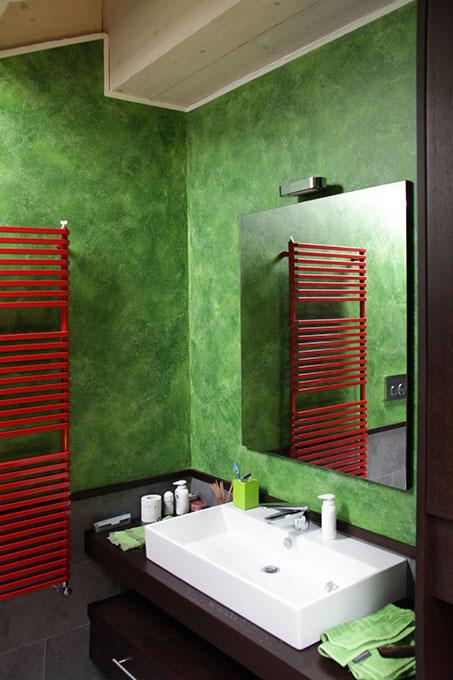 Il sottotetto diventa loft - Bagno con pareti colorate