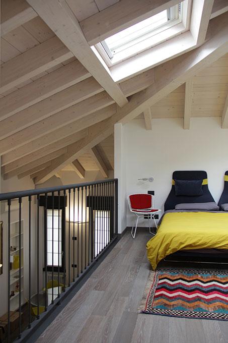 Il sottotetto diventa loft - Camera da letto che si affaccia sul soggiorno