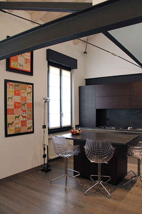 Il sottotetto diventa loft - Cucina con struttura in travi di acciaio