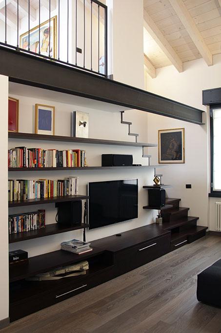 Il sottotetto diventa loft - Libreria e mobile soggiorno