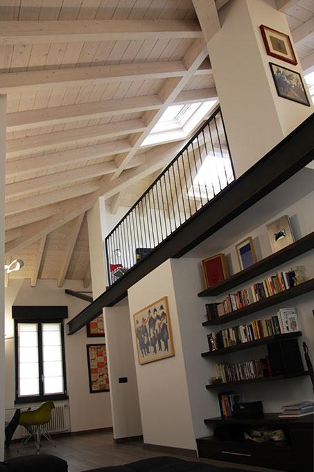 Il sottotetto diventa loft - Living doppia altezza con tetto in legno sbiancato a vista