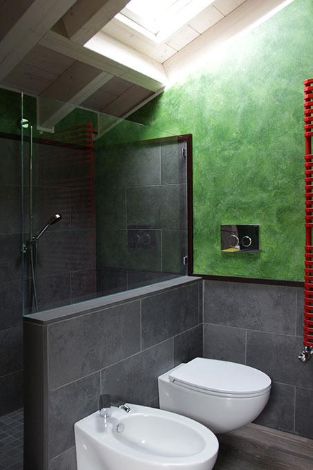 Il sottotetto diventa loft - Sanitari sospesi al muretto della doccia