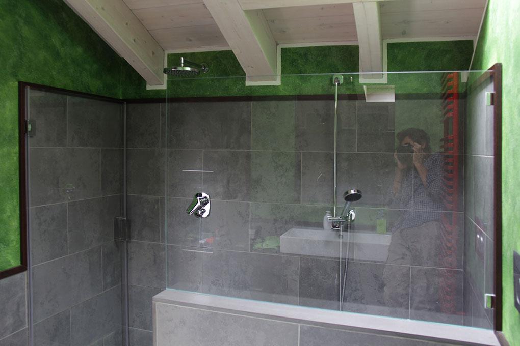 Il sottotetto diventa loft - Zona doccia con tetto in legno a vista