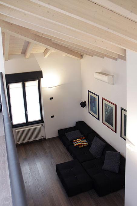 Il sottotetto diventa loft - Zona soggiorno vista dall'alto