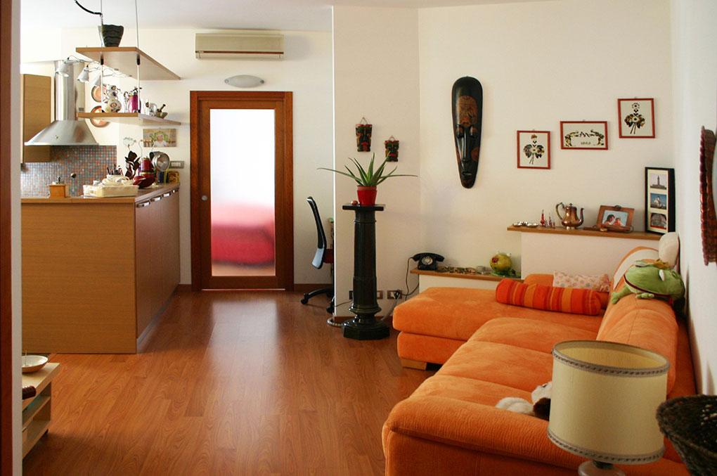 Lo spazio è fluido - Via Gulli Zona living con cucina a vista