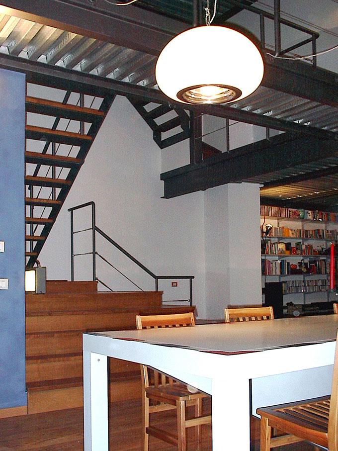 Loft - Vista della scala dal tavolo da pranzo
