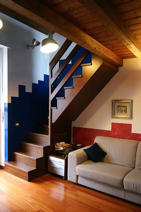 Recupero di sottotetto - Scala in legno con passepartout di colore
