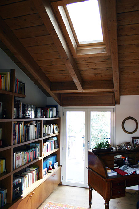 Sopralzo a mansarda - Angolo studio e libreria con luce zenitale