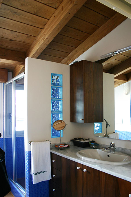 Sopralzo a mansarda - Bagno con doccia in muratura e tetto in legno a vista