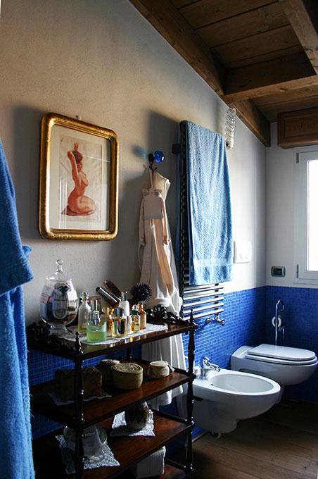 Sopralzo a mansarda - Bagno con mosaico blu