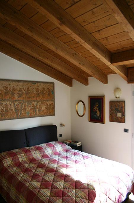 Sopralzo a mansarda - Camera da letto matrimoniale con tetto travi e perline in legno a vista