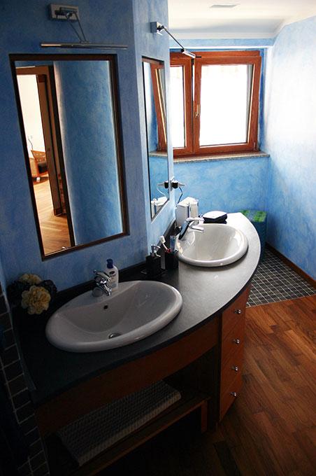 Unione di due appartamenti - Via Cavour Bagno con lavabi doppi