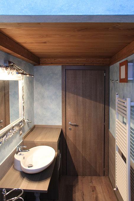Vivere in soffitta - Via Pellizza da Volpedo Bagno con soffitto in legno a vista