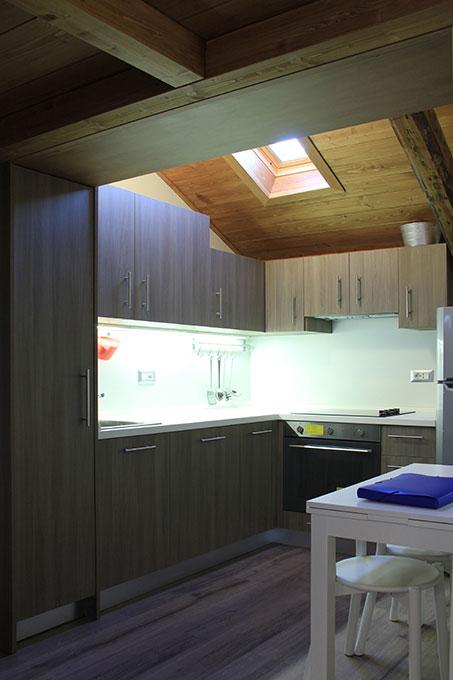 Vivere in soffitta - Via Pellizza da Volpedo Cucina con tetto in legno a vista