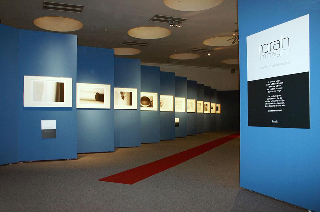 Allestimento mostre Museo della Permanente - Torah Ingresso mostra
