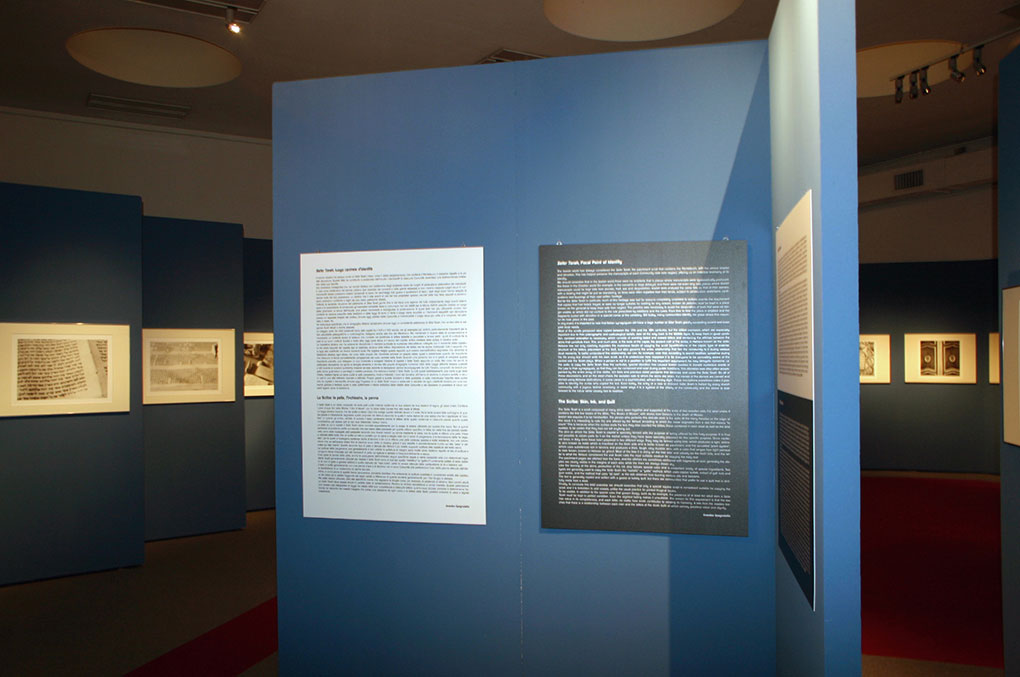 Allestimento mostre Museo della Permanente - Torah Pannelli ingresso