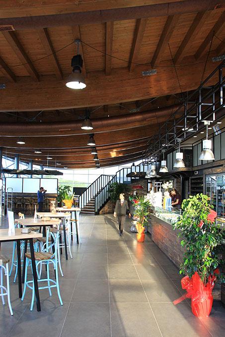 Format ristorazione - Tetto in abete lamellare a vista