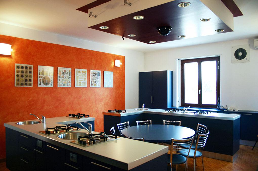 Immagine aziendale - Cristal - Cucina test prodotti e tavolo da pranzo