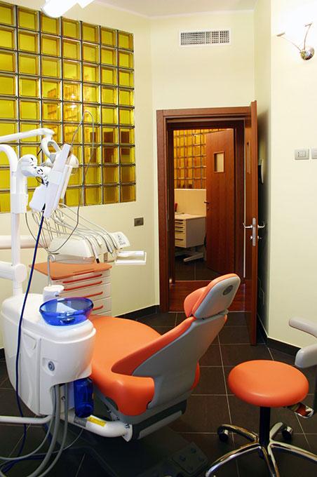 Studio dentistico via Cannobio - Finestre vetrocemento colorato